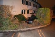 """Der Lenker verlor die Herrschaft über sein Auto und fuhr """"ab durch die Hecke"""". (Bild: Zuger Polizei)"""