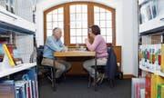 Führt ein angeregtes Gespräch mit einem «Leser»: das lebendige Buch Hans-Jörg Hasler (Sterbebegleiter). (Bild: Werner Schelbert (Zug, 25. März 2017))