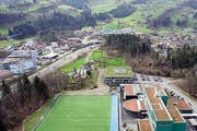 Der geplante Standort (markierte grüne Fläche) der HZI in Goldau wird nun noch einmal überprüft. (Bild: Archiv Neue LZ)