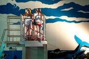 Eine von zahlreichen Darbietungen im Neubad: Schauspieler des Luzerner Theaters auf dem Sprungturm. (Bild: Boris Bürgisser / Neue LZ)