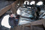 Kirchentechniker Philippe Brogle versucht, die Störung der Kirchenuhr zu beheben. (Bild: Maria Schmid (Baar, 12. September 2017))