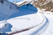 Um zum See zu gelangen, fahren Besucher mit der Matterhorn Gotthard Bahn bis zur Station Oberalppass.