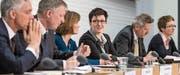 Fedpol-Chefin Nicoletta della Valle (Mitte) will Gesetzeslücken beim Kampf gegen Terrorfinanzierung stopfen.Bild: Alessandro della Valle/Keystone (Bern, 14. März 2017)