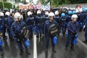 Polizisten überall: Solche Bilder wie an der Schlachtjahrzeit von Sempach 2009 sind der SVP zwar ein Dorn im Auge, auf die Feier verzichten will sie trotzdem nicht. (Bild Boris Bürgisser/Neue LZ)