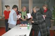 Fast alle der porträtierten Frauen kamen zur Präsentation der Maturaarbeit von Manuela Eberli (hinten mit grünem Schal). (Bild: Marion Wannemacher)