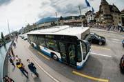 Wer in Luzern übernachtet, kann in Stadt und Agglomeration kostenlos Bus und Bahn fahren. Auf dem Bild fährt ein Bus der VBL über die Seebrücke. (Bild: Archiv Roger Grütter)
