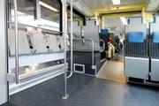 Mehr Stehplätze, weniger Sitzplätze: So sehen die neuen Flirt-Züge der Stadtbahn Zug innen aus. (Bild Stefan Kaiser)
