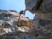 Die Bergführer Toni und Mario Fullin installieren einen Klettersteig samt Hängebrücken. (Bild: PD)