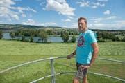 Landwirt Jvan Estermann aus Nunwil blickt von einem Silo seines Hofs auf den geplanten, durch sein Land führenden Weg am Baldeggersee. (Bild: Dominik Wunderli / Neue LZ)