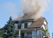 Aus dem Dachgeshoss steigt starker Rauch auf. (Bild: Luzenrer Polizei)