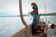 Die Berufsfischerin Sabina Hofer holt ihre praktisch leeren Netze aus dem Vierwaldstättersee. (Bild: PD)