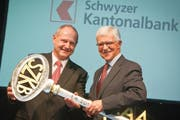 Gottfried Weber (rechts) übergibt an Peter Hilfiker. (Bild: pd)