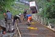 Anspruchsvolles Projekt im Gelände: Arbeiter armieren die Ausweichstelle der neuen Bahn.Bilder: PD