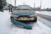 Ein Lernfahrer verlor auf der General-Guisan-Strasse in Zug wegen des Schnees die Kontrolle über sein Auto und crashte frontal in einen Baum. (Bild: Zuger Polizei)