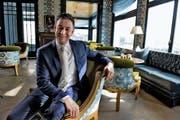 Der neue Direktor des Hotels Gütsch, Olaf Galaburda, in seinem neuen Reich über der Stadt Luzern. (Bild Nadia Schärli)