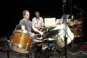 Sebastian Hofmann, hier zusammen mit dem Komponisten Alex Buess an einem «Schlagzeugsolo mit Tonband» im Jahr 2012. (Bild: sebastianhofmann.ch/youtube.com)