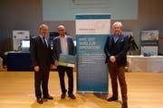 Regierungsrat Andreas Barraud (links) übergibt den «Zinno-Ideenscheck» Daniel Bertschi der Novaris GmbH; Bruno Imhof, Geschäftsführer ITZ & Programmleiter «zentralschweiz innovativ» (rechts.). (Bild: PD)