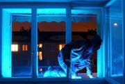 Ein Einbrecher bei der Arbeit (gestellte Szene). (Bild: Keystone (Archiv))