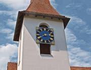Das «blaue Auge» liegt über der südlichen Schallöffnung der reformierten Kirche Cham. (Bild: Andreas Faessler (Baar, 28. Juli 2016))