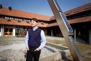 Raphael Kottmann, designierter Präsident des Luzerner Staatspersonalverbands, im Innenhof des Berufsbildungszentrums in Schüpfheim. (Bild Manuela Jans)