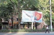 Wahlplakat des Oligarchen Omurbek Babanow. Der Milliardär ist aussichtsreicher Präsidentschaftskandidat. (Bild: Edda Schlager (Bischkek, 12. September 2017))