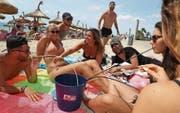 Touristen auf der spanischen Mittelmeerinsel Mallorca beim verbotenen «Eimer-Saufen». (Bild: Sean Gallup/Getty (Palma de Mallorca, 6. Juli 2017))
