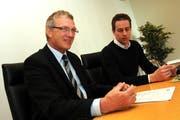 Nidwaldens Finanzdirektor Hugo Kayser bei der Präsentation der Staatsrechnung 2010. Rechts von ihm der kantonale Medienbeauftragte Andy Abächerli. (Bild: Markus von Rotz/Neue NZ)