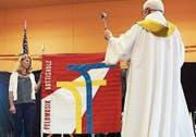 Pfarrer Eduard Birrer segnet die neue Vereinsflagge der Feldmusik Buttisholz.Bild: Jakob Ineichen (Buttisholz, 2. Juli 2017)