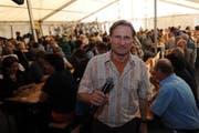 Beat Tschümperli moderiert das Älpler-Wunschkonzert auf dem Urnerboden 2012. (Bild: Urs Hanhart / Neue UZ)