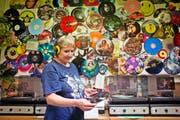 Soundcheck: Eine Mitarbeiterin nimmt eine Hörprobe vor. Bilder: Martin Divisek/Bloomberg