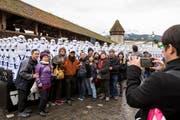 Asiatische Touristen posieren vor den «Storm Troopers» aus dem Film Star Wars vor der Kapellbrücke in Luzern. (Bild: Alexandra Wey / Keystone)