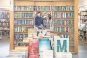 Eingespieltes Team: Samuel Budmiger (33) und seine Mutter Edith (65) in der Buchhandlung Untertor. (Bild: Nadia Schärli (Sursee, 15. November 2017))