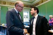 Zari Dzaferi (SP, rechts) gratuliert Martin Pfister (CVP) zur Wahl. (Bild Stefan Kaiser)