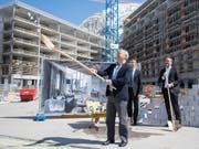Der ägyptische Investor Samih Sawiris (vorne) bei der Grundsteinlegung zum neusten Apartmenthaus in seinem Ferienresort in Andermatt. Bisher sind vier Häuser in Betrieb, im Endausbau sollen es 42 sein. (Bild: KEYSTONE/URS FLUEELER)