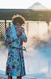 Faber raucht viel und oft. Manchmal sogar in einem Bademantel mit einem eher gewöhnungsbedürftigen Blumenmuster. (Bild: Stefan Braunbarth)