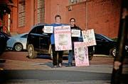 Pat Hartwell und Yancy Balderas (v. l.) demonstrieren in Huntsville, Texas, gegen die Hinrichtung von Lester Bower. (Bild Aleksandra Mladenovic)