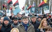 Michail Saakaschwili (Mitte) bei einem Protestmarsch am Sonntag in Kiew. (Bild: Sergey Dolzhenko/EPA)