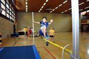 Mädchen mit Sprungkraft: Livia Brüschweiler (12) aus Kerns in der Dossenhalle. (Bild: Christoph Riebli)