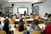 Der Lehrplan 21 hält in ihrem Schulalltag Einzug: Schülerinnen und Schüler in Stansstad im Jahr 2014. (Bild: Corinne Glanzmann / Neue NZ)