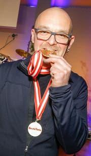 Thomas Heiner mit zwei seiner Auszeichnungen. (Bild: PD)