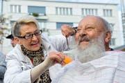 «Am Bart so wenig wie möglich.» Coiffeuse Rogée Mehr stutzt Hans Ochsenbein auf dem Krienser Dorfplatz den Bart. Bild: Dominik Wunderli (27. Oktober 2016)
