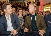 Christian Kracht (rechts) im Moment, als sein Sieg verkündet wird. Links beäugt vom ebenfalls nominierten Sacha Batthyany, der bei vielen als Favorit gegolten hat. (Bild: Georgios Kefalas/Keystone)