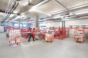 Im Warenumschlagszentrum sind die beladenen Rollbehälter bereit für die Auslieferung. (Bild: pd)