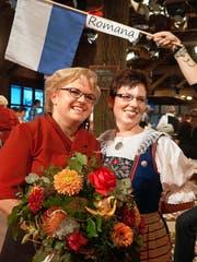 Strahlende Siegerin: Romana Zumbühl (links) mit Eveline Bättig, «Landfrauenküchen»-Teilnehmerin 2011 aus Kaltbach. (Bild: PD)