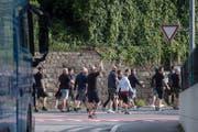 Sie liefen quer durch Luzern und skandierten Fangesänge: Die Anhänger des NK Osijek. (Bild: Luzerner Zeitung)