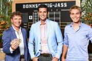 Moderator Roman Kilchsperger (mitte), Komoderator Reto Scherrer (rechts) und Schiedsrichter Dani Müller. (Bild SRF)