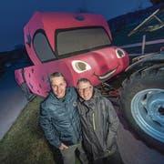 Christian Amhof von der Bannerzunft Hämikon-Müswangen und Charly Spielhofer (Präsident der Zunft) vor dem diesjährigen Umzugswagen. (Bild: Pius Amrein / Luzerner Zeitung (Luzern, 5.2.2018))