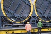 Zwei Arbeiter schauen sich die neue Gondel an. (Bild: Urs Flüeler / Keystone (Schwyz, 12. Oktober 2017))