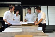 Die Marmobisa AG hat sich auf den Handel mit Granit, Parkett und Natursteinen spezialisiert. Im Bild (v. l. n. r) die Inhaberfamilie: Daniel, Silvia, Patrick und René Bircher. (Bild: Nadia Schärli / Neue LZ)