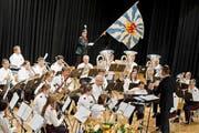 Die Musikgesellschaft Harmonie Sempach begeisterte mit der Uraufführung des Festmarsches «Sempach 2015». (Bild: Pius Amrein / Neue LZ)
